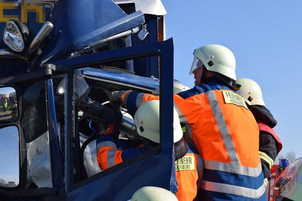 Mit hydraulischem Rettungsgerät wurde die Fahrerkabine bearbeitet