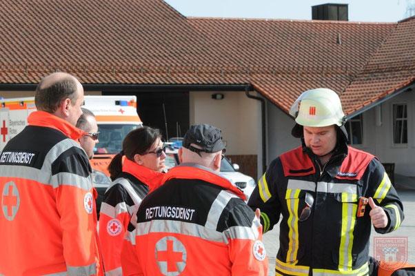 Tim Rothenwöhrer im Dialog mit dem Rettungsdienst