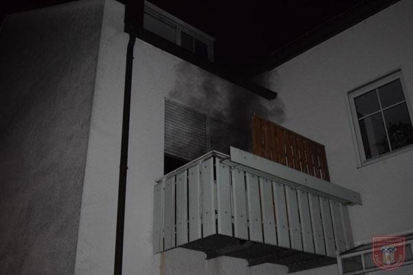 Durch die Balkontüre konnte der Rauch nach den Löscharbeiten abziehen