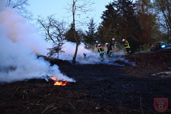 Deutlich zu erkennen sind die noch brennenden Glutnester