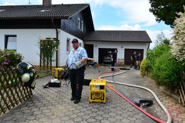 Michael Steininger beim erstellen einer Stromversorgung für Pumpen