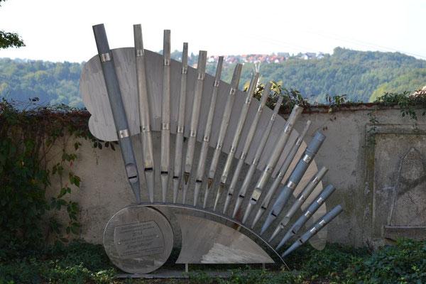 Orgelpfeifen - Vor der Kirche Riegersburg