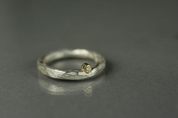 Geschmiedeter Silberring mit Brillant in Goldfassung 379,- €