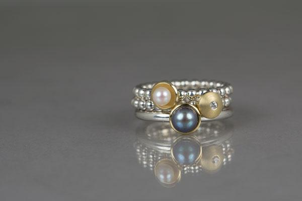 Perdrahtring 935/- Silber mit Akoyazuchtperle in 750/- Gelbgoldfassung/ mit Brillant in Gelbgoldlinse / mit grauer Perle