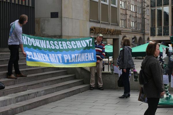 Mit Banner vor der Bürgerschaft