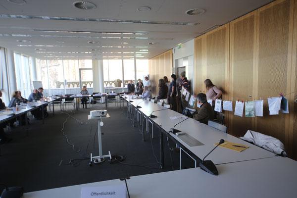 Im Sitzungssaal: Gunnar übergibt die Petition ...