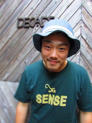 ■Shohei Ueno:ユーモア溢れるトークで人を曳き込む「Heiさん」ことShohei氏。ハットとT-Shirtsの着こなしが最高です。_PHOTO@HARAJUKU [DECADE]