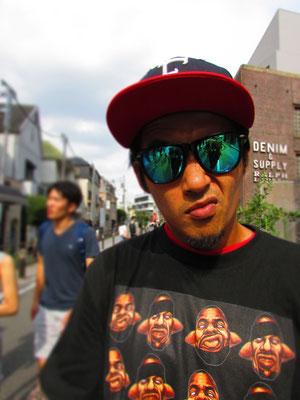 ■EDOFUKU:下町生まれ下町育ちのアーティスト、江戸福氏。この日は、Wu-Tang Clanの携帯スピーカーから爆音を垂れ流してのキャットストリート激走ぶり。BlackのLEADER BIKEに、まるでNYのメッセンジャーを思わせるそのルックス。あとはスピーカーの音量さえ下げれば、日本の皆様からも受け入れてもらえるはず。_PHOTO@ HARAJUKU CAT STREET