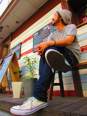 """■Takaaki Ishii:""""一期一会""""を大切にされるCafeレストラン「Planet3rd高円寺」の店長Ishii氏。一人一人に非常に丁寧な対応をされるその真摯な姿勢と柔らかい笑顔は、まるでお客様のライフスタイルに「安らぎと華」を添えているよう。Ishii氏のお人柄がお店の雰囲気に表れている「Planet3rd」。高円寺に寄られた際には是非!!!。_PHOTO@高円寺 Planet3rd"""