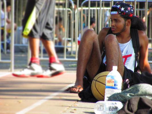 ラフな着こなしでバスケを見つめるCool Boy。彼がコートサイドにいるだけで代々木公園がNew Yorkになっておりました。_PHOTO@YOYOGI PARK
