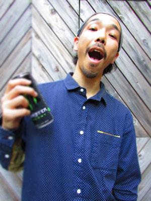 ■Daigo Uchino:原宿「Manhattan Portage」のスタッフであるDaigo氏。エナジードリンク「Monster」がまるでカクテルに見えてしまいそうな…そんな穏やかな雰囲気と個性溢れるスタイリッシュなファッションセンス。勉強になりました。_PHOTO@HARAJUKU