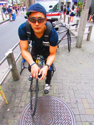 """■Kouhei Konishi:""""凄腕メッセンジャー""""を思わせる出で立ちのKonishi氏は、なんと鉄の商社にお勤めされる敏腕営業マン。その紳士的な話し方と気さくな雰囲気を併せ持つジェントルマンは、休日の趣味にBMX、バイクトライアル、ロードバイクにロッククライミング…と、とにかく多才。Konishi氏の輝きは、そのバイタリティーから形成されているのだと。渋谷の中心地で深く納得させて頂きました。_PHOTO@SHIBUYA"""