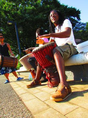 ■Ibrahim Konate:ジャンベのプロ奏者Ibrahim氏。彼が演奏するだけで周りはアッという間に人だかりに。そのVibesは本物でした。_PHOTO@YOYOGI PARK