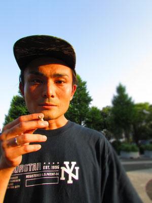 """■Hiroyuki Asahina:SupremeのジーンズにDCの90's復刻版スニーカーをスタイリッシュに履きこなすREAL SKATER。代々木公園で一際目をひいた彼のMustアイテムは、「巻きタバコ」に「缶BEER」。見事に""""Back to 90's""""を体現しておりました。_PHOTO@YOYOGI PARK"""