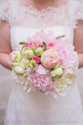weiß rosa pfinstrosen Brautstrauß