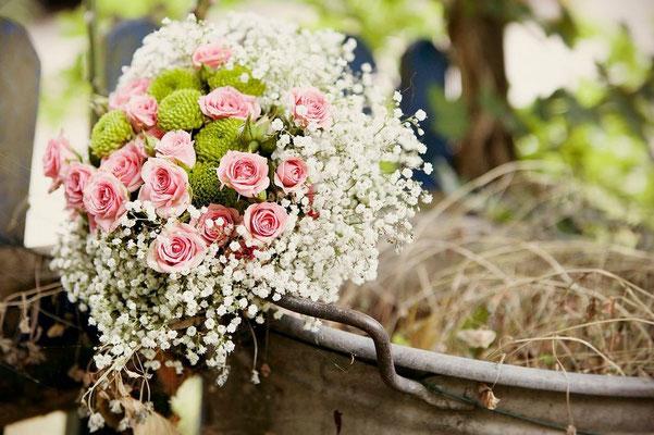 Vintage Brautstrauss Schleierkraut und Rosen