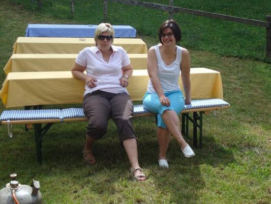 Yvonne und Sabine ... ein Päuschen nach dem Aufbau