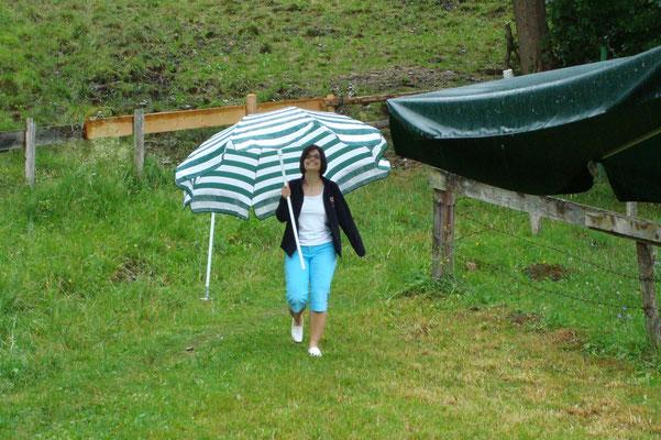 ... unsere Sabine mit Ihrem Regenschirm