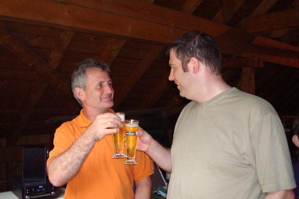 Willi und Patrick trinken auf die Gesundheit ...