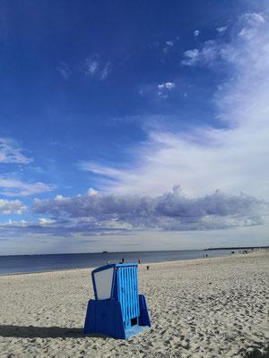 Blaue Aussicht am Strand in Warnemünde