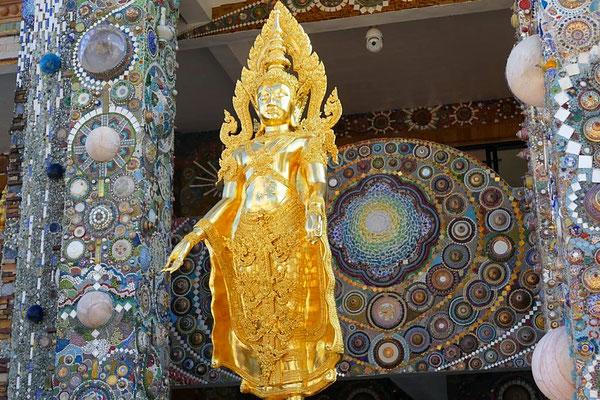 Goldene Statuen überall