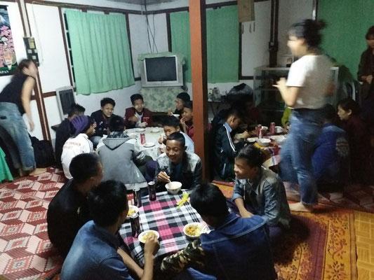 夜は地元の人たちと食事会。予想以上に人が集まってしまいイモ洗い状態に…。みんな楽しんでもらえたようでした。