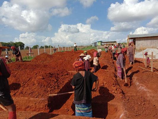 村人たちも一緒に新校舎の基礎作りが始まりました!