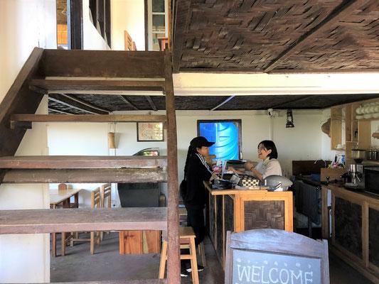 インターンとしてカフェで仕事する日本の大学生。