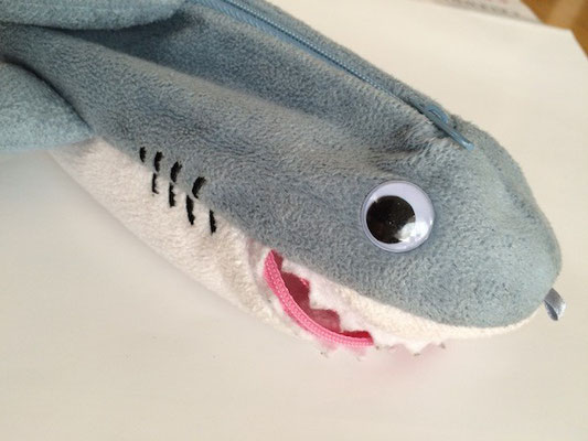お洋服はサメのポーチ。 クチと背中にチャック