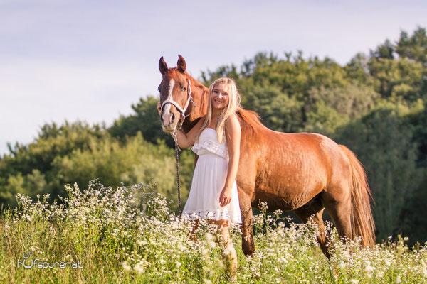 Pferdefotoshooting: Mit dem Pony auf der Sommerwiese