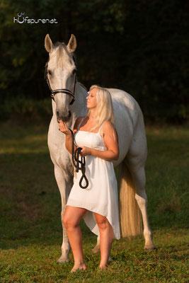 Pferdefotoshooting bei Oed, Niederösterreich, Janine im weißen Kleid