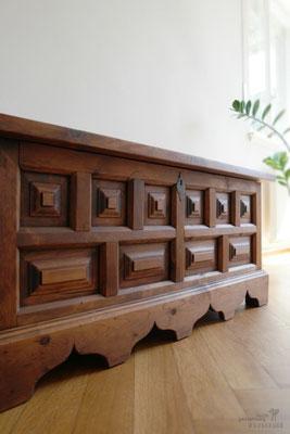 Dunkle Patina für die aufgearbeitete Holztruhe