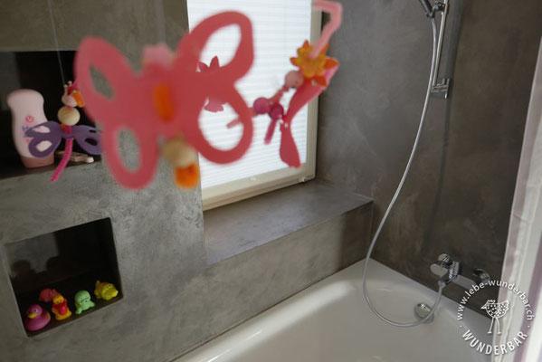 Fertig: Badezimmer mit praktischen Nischen für die wichtigen Dinge