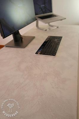 Macht auch ohne Maus was her: Schreibtisch mit edler Beschichtung