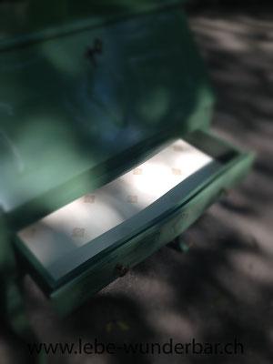 Schublade mit feiner Tapete