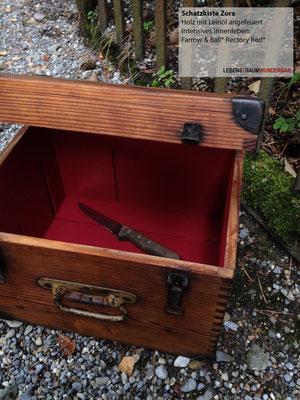 Blutrotes Innenleben für diese feine Truhe - Handmade in Zurich