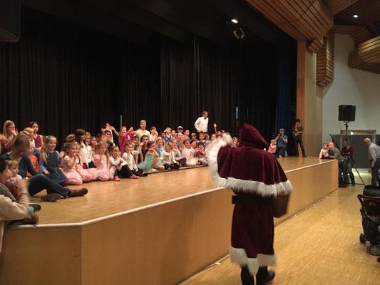 Der Nikolaus auf seinem langen Weg zur Feier