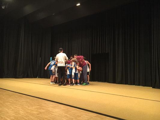 Die Basketballer im Bulk... dies wird vor und nach einem Spiel praktiziert, um den Zusammenhalt zu stärken