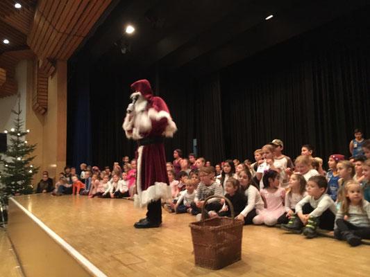 Der Nikolaus stellt sich vor und begrüßt alle answesenden