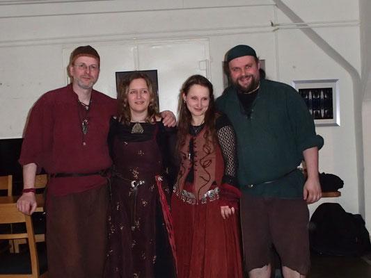 Und hier, die Schattenweber: (v.l.) Meister Bezius, Isol, Silva und Kjenjo :-)