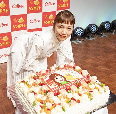 バースデーケーキを目の前にした川口春奈