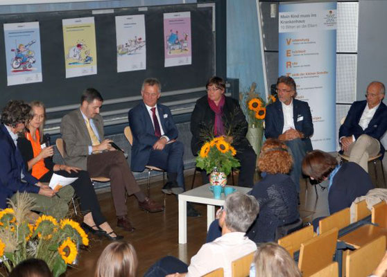 Klaus Reichert (Moderator), Karin Schmidt (AKIK), Dr. Marco Baz Bartels (Kinderschutzambulanz Uniklinik Frankfurt), Gerhard Bereswill (Polizeipräsident), Prof. Maud Zitelmann (Frankfurt University of Applied Sciences / UAS), Prof. Reinhard Ries (Amtsleite