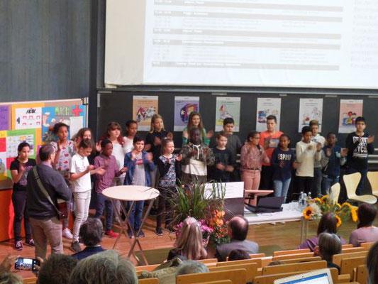 Begrüßt wurden wir mit Liedern von Kindern der Georg-Büchner-Schule und der Louise-von-Rothschildschule.
