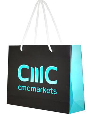 glänzend hervorgehobenes Logo mittels glänzender UV Lackierung auf Papiertaschen