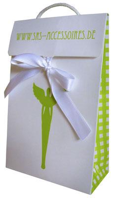 Papiertaschen mit Klappe Satinbandverschluss und eingeknoteter Kordel