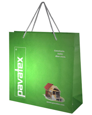 Paiertragetaschen mit PP Kordeln aus Papier weiß gerippt mit Foto und Werbetext bedruckt