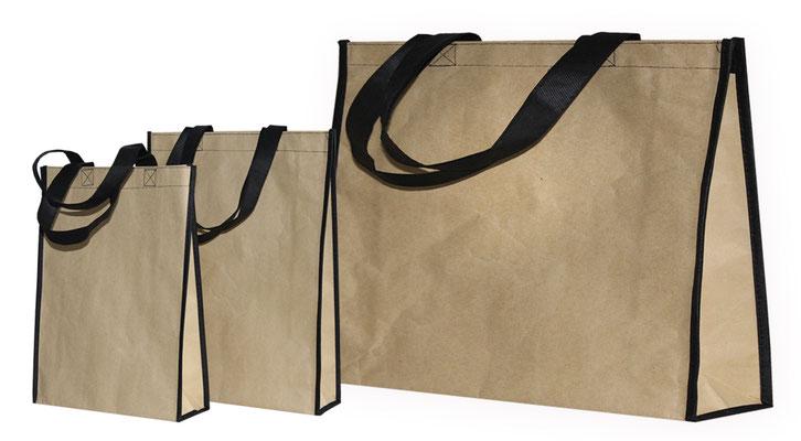 mit Papier beschichtete Tragetaschen aus Non Woven mit schwarzen Griffen in 3 Größen Mehrwegtasche aus braun recycelten Kraftpapier unsere Permanenttasche mit Mehrwert