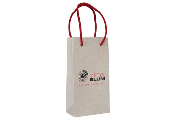 Papiertragetaschen aus Graspapier mit eingeknoteter Kordel aus Baumwolle der Randumschlag und Taschenboden ist kartonverstärkt