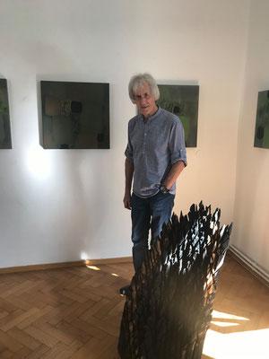 Ausstellung im Schloss Ebenau, Herbst 2019, Gustav Januš vor seinen Bildern © Galerie Walker