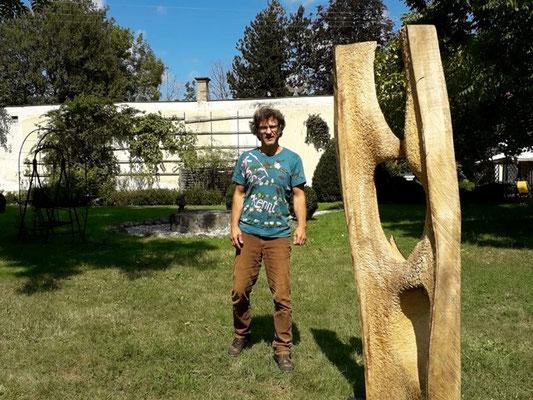 Ausstellung im Schloss Ebenau, Herbst 2019, Rainer Wulz vor seiner Skulptur © Galerie Walker